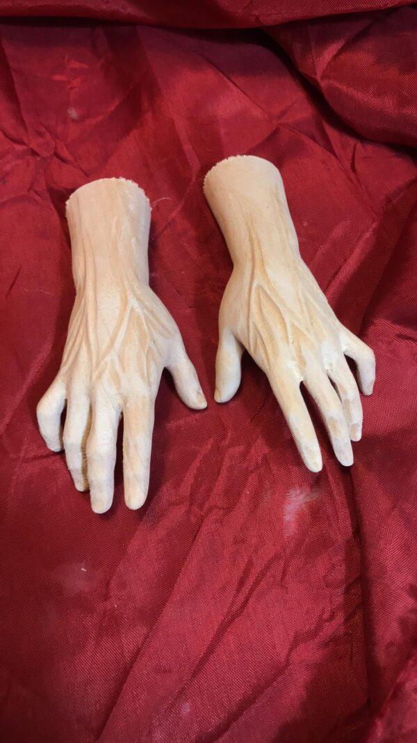 mani di legno statue