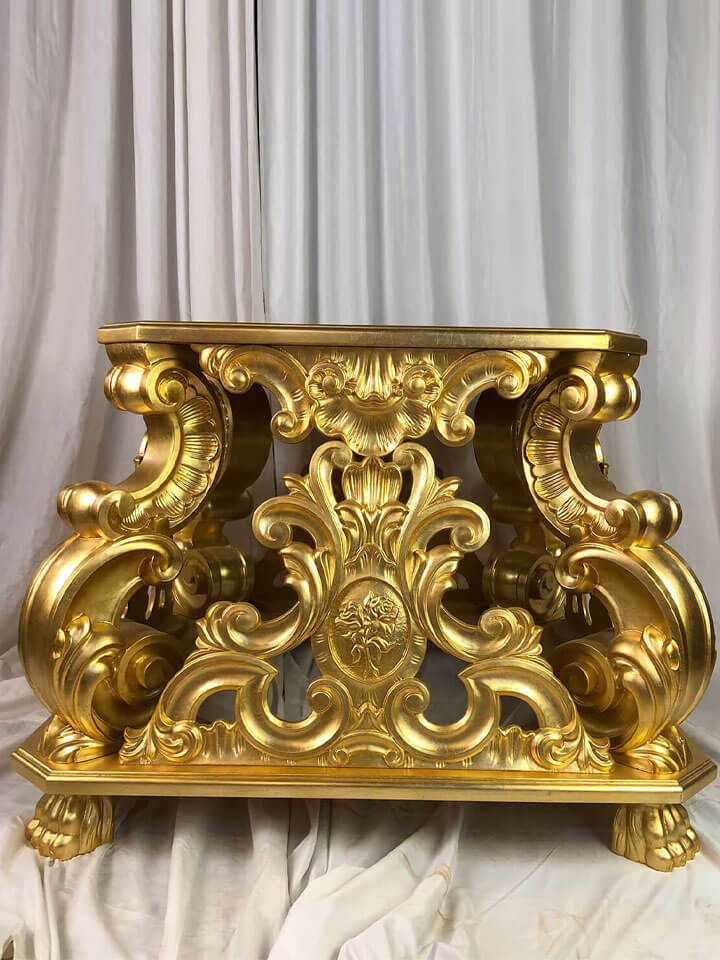 Base processuale laccata in oro di Fabio Paolella