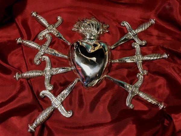 cuore sette dolori lamina di argento cesellata a mano Misure misure totali 29 x 23 cm misure solo cuore con fiamma : 15 cm x 8 cm